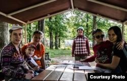 """Волонтеры с детьми на прогулке. Фото: Полина Быконя, Центр """"Вверх"""""""