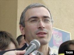 Михаил Ходорковский после допроса в СК за несколько месяцев до своего ареста, июнь 2003 года