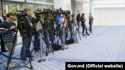 Jurnaliști TV la o conferință de presă