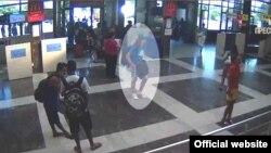 Жанкечти деп шектелген адам (аэропорттун видео камерасынан сүрөт)