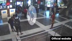 Видео снимка на која се гледа напаѓачот.