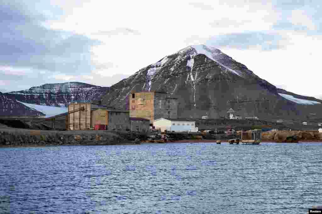 На фото - заброшенные складские помещения рядом с угольной шахтой. В годы расцвета промышленности в шахтах Ню-Олесунна добывали до 200 тонн угля в год.