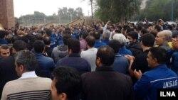 صدها تن از کارگران گروه ملی صنعتی فولاد ایران، از فلکه کیانپارس اهواز تا ساختمان استانداری خوزستان راهپیمایی کردند