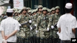 Үрімжі көшесіндегі қытай қауіпсіздік күштері. Шыңжаң, 13 шілде 2009 ж.