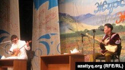 Айтыскер ақындар Дидар Қамиев (сол жақта) пен Әлібек Серғалиев. Алматы, 12 ақпан 2011 жыл.