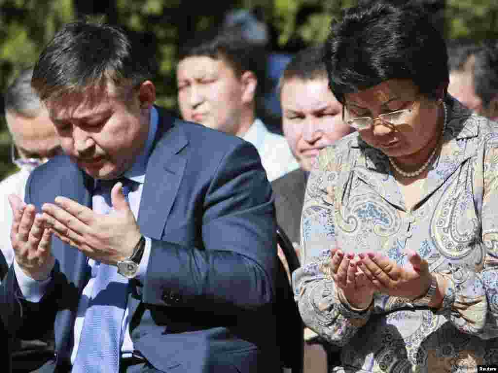 Спикер парламента Ахматбек Келдибеков и президент Роза Отунбаева на поминальной церемонии в Оше, июнь, 2011.