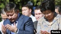 Президент Роза Отунбаева жана ЖК төрагасы Ахматбек Келдибеков эскерүү учурунда. Ош, 11-июнь, 2011.