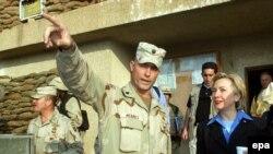 Сенатор долго шла к выводу о необходимости эвакуации иракской группировки. Хиллари в казарме 2 вдд в Багдаде в ноябре 2003 года