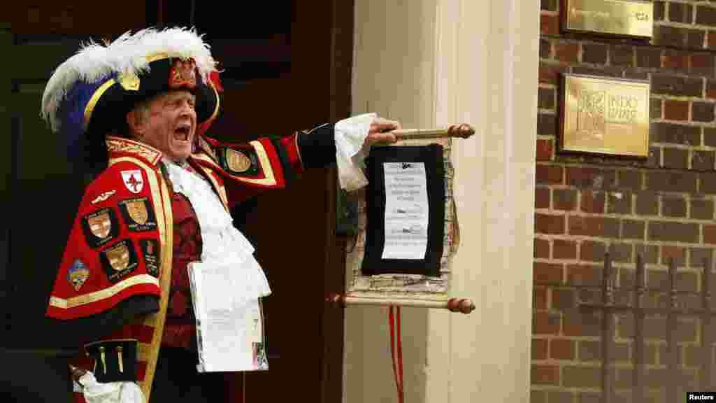 Герольд объявляет о рождении британской принцессы, показывая наспех переписанное объявление