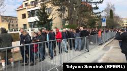 Черга біля виборчої дільниці в Празі під час голосування у першому турі виборів президента України. 31 березня 2019 року