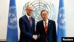Архівне фото. Прем'єр-міністр України Арсеній Яценюк (ліворуч) і генеральний секретар ООН Пан Ґі Мун