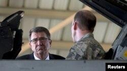 اشتون کارتر، وزیر دفاع ایالات متحده در پایگاه هوایی در اردن. ۲۱ ژوئیه ۲۰۱۵.