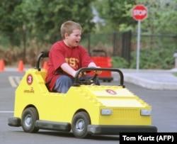 11-летний мальчик за рулем игрушечного автомобиля, США, 1998 год