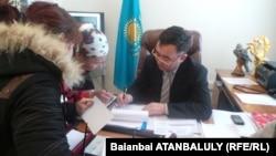 Адильбек Даулбаев, аким Каракиянского района Мангистауской области, с местными жителями. 12 марта 2014 года.