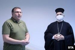 Заедно с министър Ангелов се имунизира и свещеник от Българската православна църква