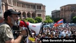 Нікол Пашинян виступає на мітингу опозиції в центрі Єревана. 26 квітня 2018 року.