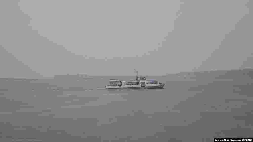 Пассажирский катер пробивается на Северную сторону сквозь пелену дождя