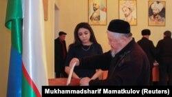 Мужчина опускает бюллетень в избирательную урну в день выборов в нижнюю палату парламента Узбекистана. Ташкент, 22 декабря 2019 года.