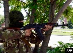 Пророссийский активист с автоматом «калашников». Донецк, 21 июля 2014 года.