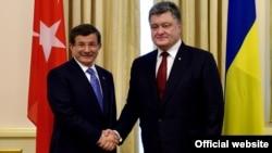 Президент України Петро Порошенко (праворуч) та прем'єр-міністр Туреччини Ахмет Давутоглу під час зустрічі у Києві. 15 лютого 2016 року