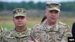 Министр обороны Украины Степан Полторак и командующий силами США в Европе, генерал-лейтенант Бен Ходжес. Львов, 24 июля 2015 года. Архивное фото