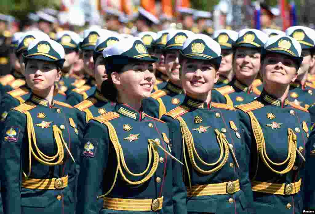 Російські військовослужбовиці крокують під час параду Перемоги. Загалом у заході взяли участь 14 тисяч військовослужбовців із 13 країн. Перед парадом всі учасники і учасниці заходу були протестовані на COVID-19 і поміщені в карантин