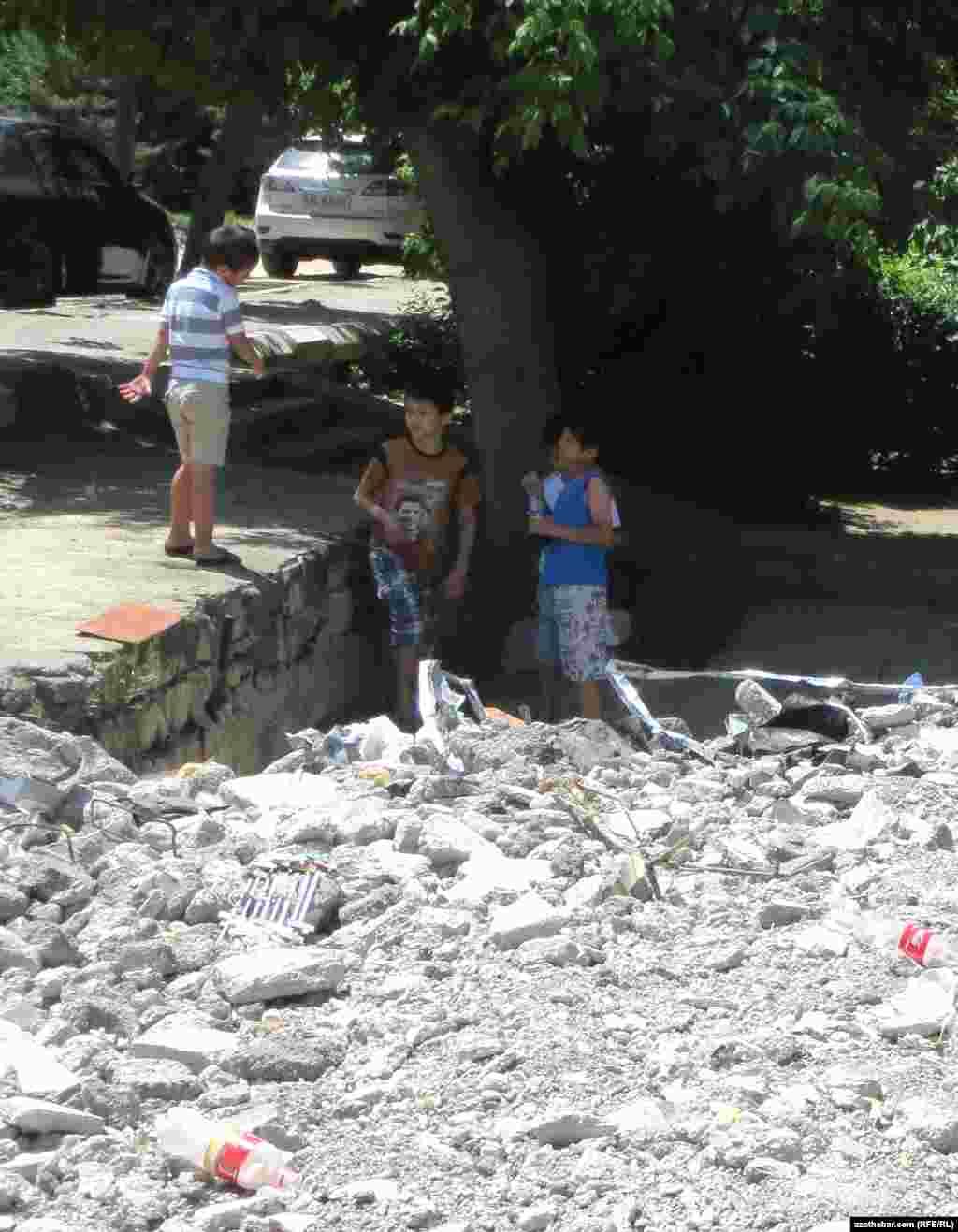 На месте снесенного здания играют дети, Ашхабад