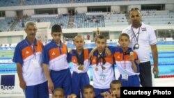 فريق الناشئة العراقي للسبحة مع مدربه احمد حازم جعفر