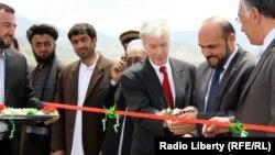 Райан Крокер (ортада) Бадахшан уәлаятындағы жолды ашу салтанатына қатысып тұр. 20 маусым 2012 жыл.