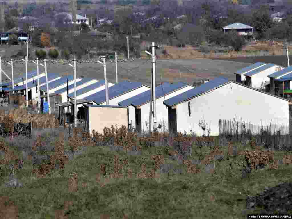 დევნილთა კოტეჯები ახალსოფელში - 2008 წლის აგვისტოს ომის შემდეგ შექმნილ დევნილთა დასახლებებს რამდენიმე საერთაშორისო და ადგილობრივი ორგანიზაცია ეხმარება.