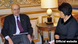 Кыргызстандын президенти Роза Отунбаева Парижде Франциянын тышкы иштер министри Ален Жуппе менен эки өлкөнүн өз ара алакалары тууралуу сүйлөшүү жүргүздү. Француз ТИМинин расмий интернет барагы. 2011-жылдын 3-марты.