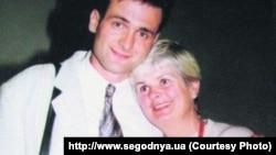 Леся Гонгадзе із сином Георгієм. Фото з родинного архіву родини Георгія Гонгадзе. (Взято з сайту http://www.segodnya.ua)