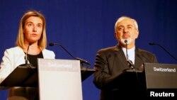محمدجواد ظریف و فدریکا موگرینی، در پایان یکی از دورههای مذاکرات هستهای در سوئیس