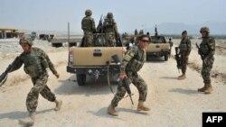 Солдаты Афганской национальной армии занимают позиции после боя с талибами. Провинция Нангархар, 7 июля 2013 года.