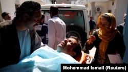 Раненый после взрыва в Кабуле 21 марта 2018 года.