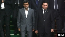 Türkmenistanyň prezidenti Gurbanguly Berdimuhamedow (sagda) eýranly kärdeşi Mahmud Ahmedinejad bilen duşuşýar, Aşgabat, 5-nji iýun, 2010.