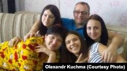 Ветеран АТО Олександр Кучма з родиною. Справа наліво: найменша донька Анна, дружина Галина, середня Крістіна, старша донька Анастасія