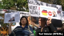 Демонстрация протеста против пропаганды Кремля перед посольством России в Берлине.