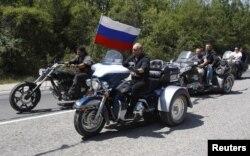 Putin Gecə Canavarları motoklubunun rəhbəri Alexander Zaldostanovla birıikdə