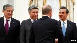 Сироджиддин Аслов (первый слева) во время встречи с Владимиром Путиным