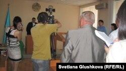 Мұхтар Жәкішевке шыққан сот үкімі оқылған кезде ақпарат құралдары ғана болды. Астана, 21 маусым 2012 жыл.