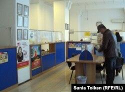 В здании почтового отделения по улице Махамбетова. Актобе, 8 ноября 2012 года.