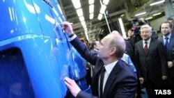 Путин Чаллыда 2 миллионынчы КАМАЗ машинасына имзасын куя, 15 февраль 2012