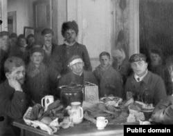 Кронштадтские моряки, бежавшие в Финляндию по льду.