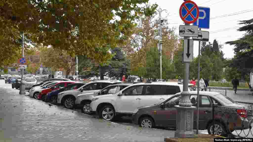 На вулиці Леніна біля будівель російського уряду Севастополя автомобілі припарковані під знаком, що забороняє зупинку і стоянку, незважаючи на попередження про примусову евакуацію машин