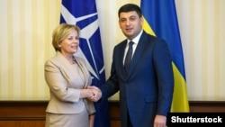 Міністр оборони Литви у 2008-2012 роках Раса Юкнявічене і прем'єр-міністр України Володимир Гройсман