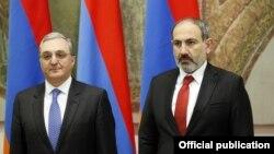 Премьер-министр Армении Никол Пашинян (справа) и министр иностранных дел Зограб Мнацаканян на приеме по случаю Дня дипломата, Ереван, 7 марта 2019 г.