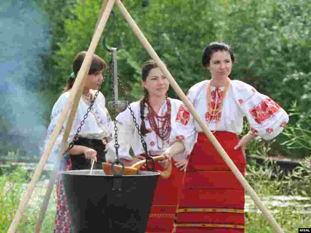 Козацька юшка та куліш - В комплексі «Мамаєва Слобода» діє кілька садиб, де можна порівняти страви шляхетської, міщанської і селянської та козацької кухонь, скуштувати алкогольні напої, виготовлені за старосвітськими рецептами
