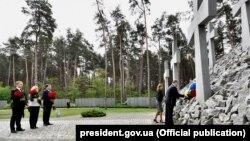 Украина президенті Петр Порошенко саяси репрессия құрбандарының ескерткішіне гүл қойып жатыр. Киев, 21 мамыр 2017 жыл.