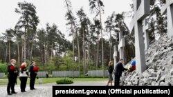 У Національному історико-меморіальному заповіднику «Биківнянські могили» відбулася церемонія вшанування пам'яті жертв політичних репресій в Україні, Київ, 21 травня 2017 року